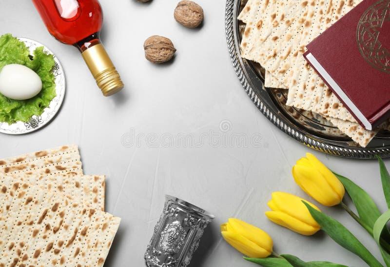 Plan lekmanna- sammansättning med symboliska påskhögtidPesach objekt på ljus bakgrund royaltyfri fotografi