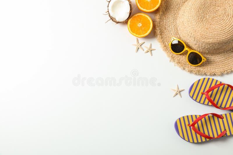 Plan lekmanna- sammansättning med tillbehör för sommarsemester på vit bakgrund, bästa sikt och utrymme för text royaltyfri fotografi