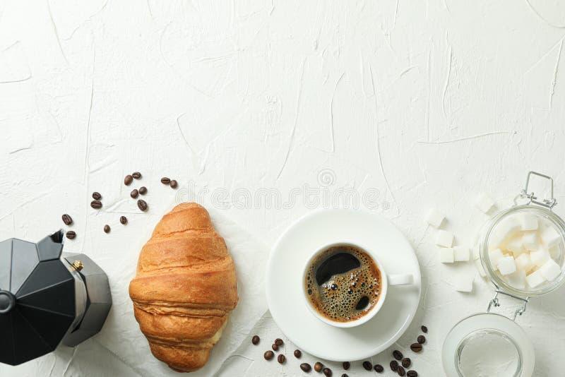 Plan lekmanna- sammans?ttning med kaffetidtillbeh?r p? vit bakgrund, utrymme f?r text royaltyfri foto