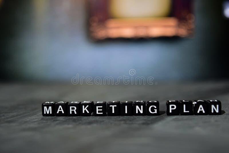 Plan marketing sur les blocs en bois Concept d'affaires et de finances photographie stock libre de droits