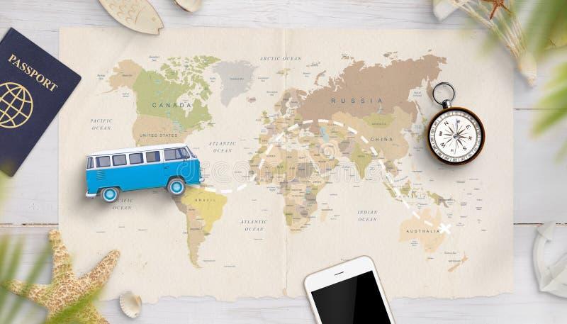 Plan mit einem Spielzeugpackwagen auf einer Karte mit gezogenem Weg der Reise lizenzfreie stockfotografie