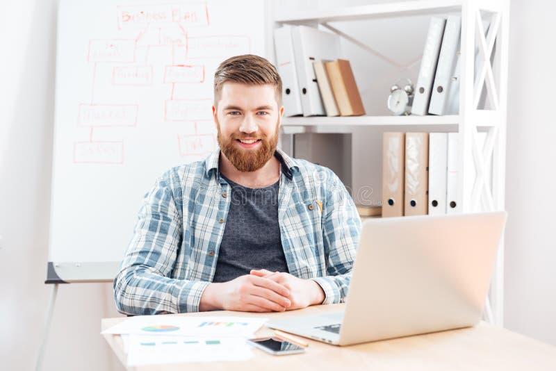 Plan och arbete för affärsmandanandeaffär med bärbara datorn i regeringsställning royaltyfri bild