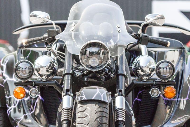 Plan rapproché à trois roues passé au bichromate de potasse de vue de face de moto images stock
