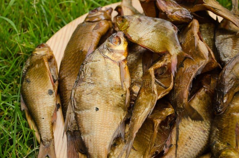 Plan rapproché écologique sain fumé de fumoir de poissons images stock