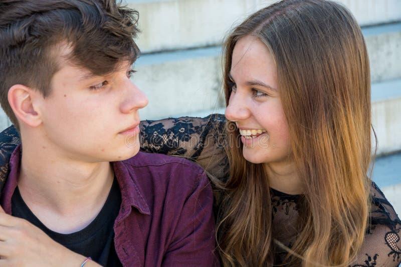 Plan rapproché adolescent de couples image libre de droits