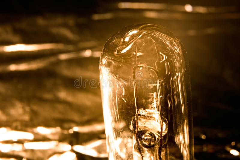 Plan rapproché antique d'ampoule de vintage dans la teinte jaune photographie stock libre de droits