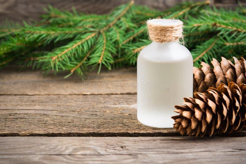 Plan rapproché aromatique essentiel de sapin d'huile photos stock