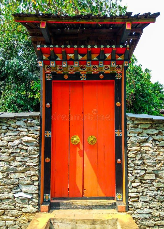Plan rapproché au beau style traditionnel du Bhutan de la grande entrée de porte photo stock