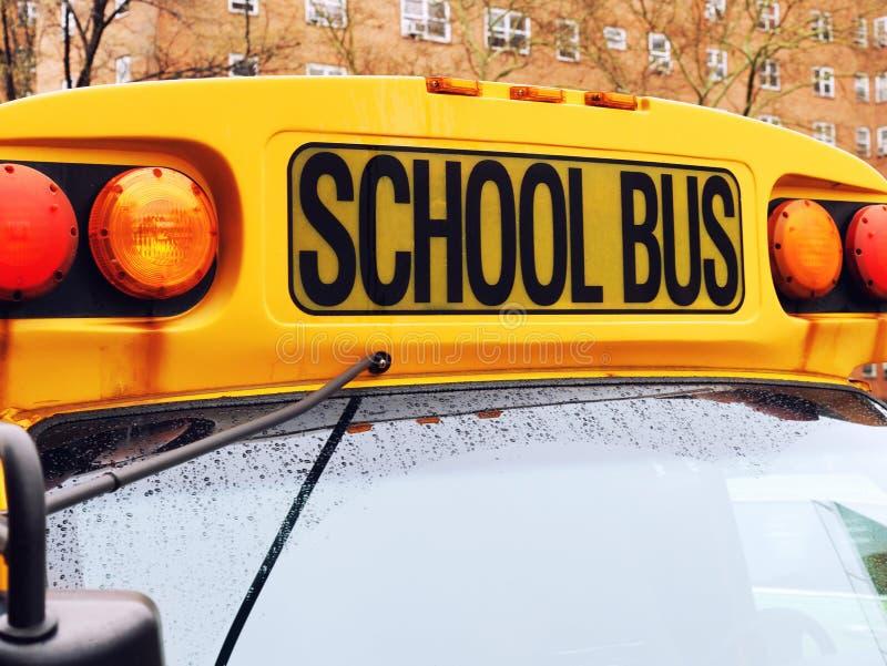 Plan rapproché avant de signe d'autobus scolaire photos stock