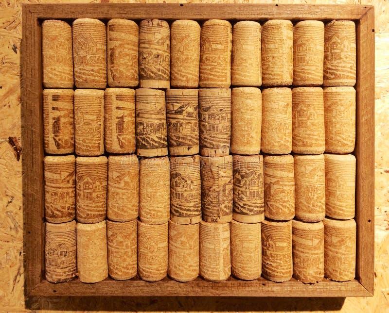 Plan rapproché beaucoup de différents lièges de vin dans la collection en bois de cadre sur la Co image stock