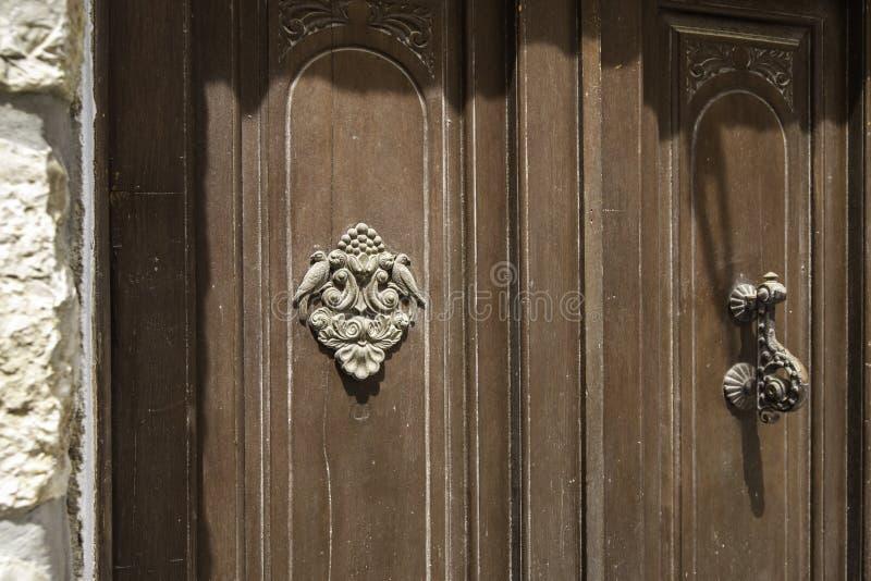 Plan rapproché Bouton de cru pour frapper sur la porte et un élément décoratif avec des oiseaux photographie stock libre de droits