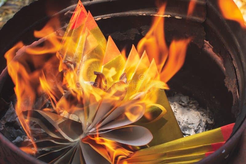 Plan rapproché brûlant le papier de Joss ou le billet de banque d'enfer pour des ancêtres image libre de droits