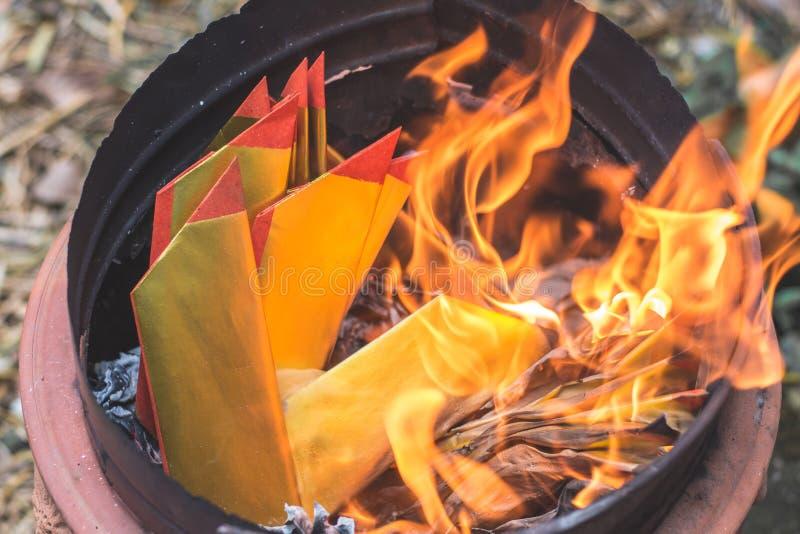 Plan rapproché brûlant le papier de Joss ou le billet de banque d'enfer pour des ancêtres photo libre de droits