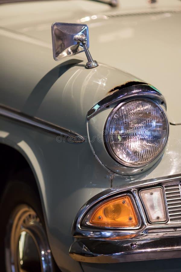 Plan rapproché classique de voiture reconstitué par vintage rétro headlam de Sceller-faisceau photographie stock libre de droits