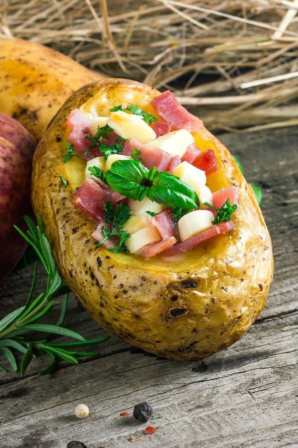 Plan rapproché cuit au four de pomme de terre photo stock