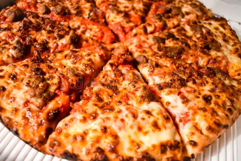 Plan rapproché cuit au four frais de pizza de saucisse photographie stock