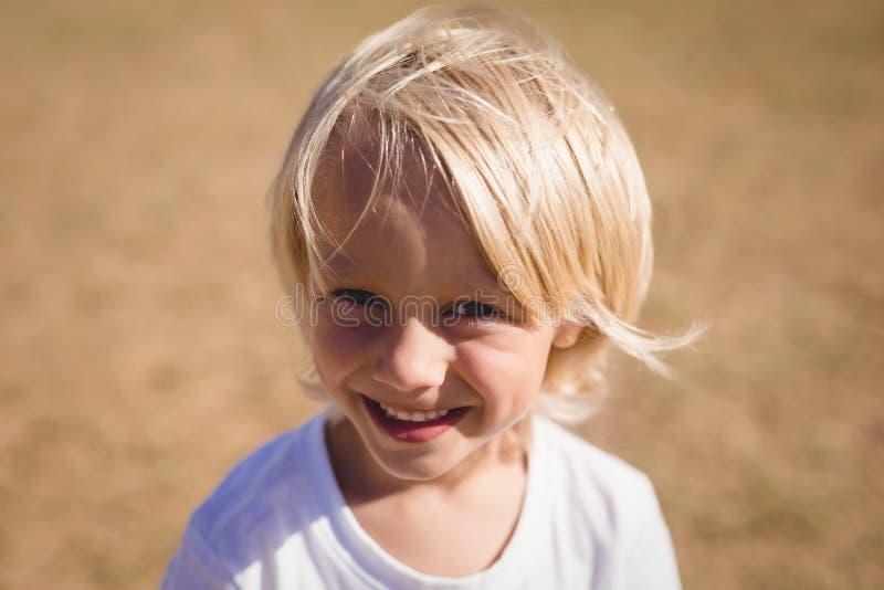 Plan rapproché d'écolière de sourire en parc image libre de droits