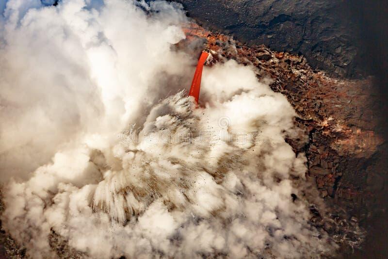 Plan rapproché d'écoulement de lave explosif de firehose dans l'océan sur la côte d'Hawaï images libres de droits