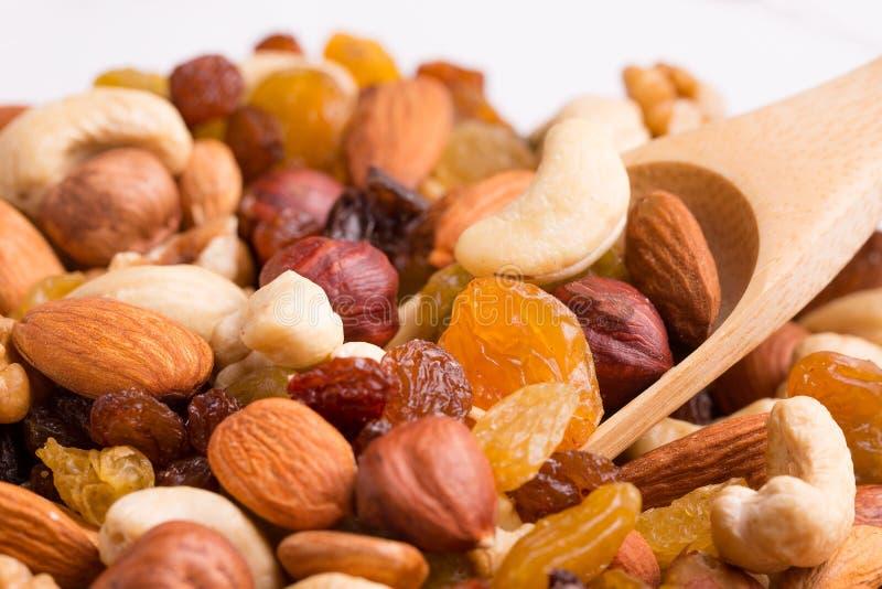 Plan rapproché d'écrous et de raisins secs de variété Mélange d'écrou et cuillère en bois photo libre de droits