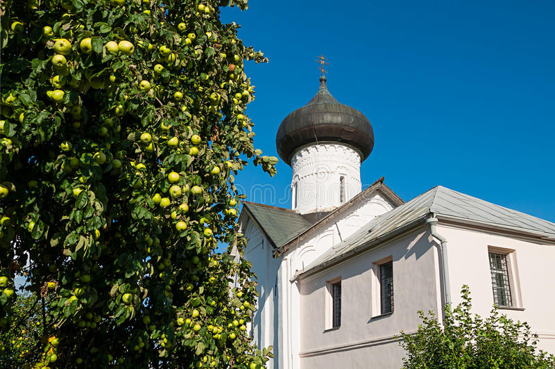 Plan rapproché d'église de Simeon le récepteur de Dieu dans Veliky Novgorod, Russie - paysage d'architecture photo stock