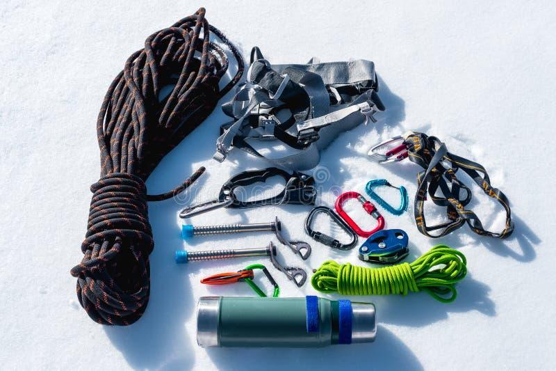 Plan rapproché d'équipement s'élevant d'hiver sur la neige fraîche un jour ensoleillé Carabines avec un belvédère de corde et zhu photographie stock