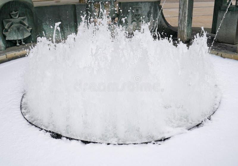 Plan rapproché d'étincelle de fontaine d'eau image stock