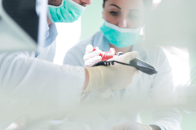 Plan rapproché d'étudiant d'art dentaire pratiquant sur un mannequin médical image libre de droits