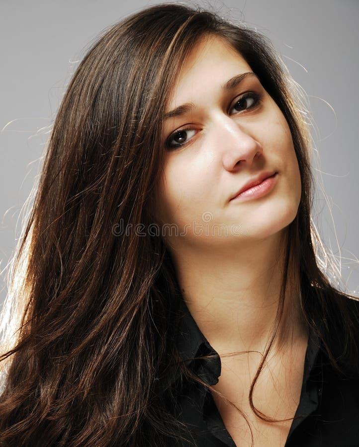Plan rapproché d'adolescente avec de longs cheveux foncés photo stock