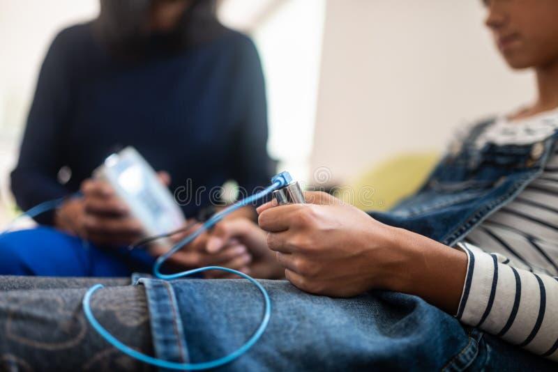 Plan rapproché d'adolescente tenant des électrodes de zapper photos stock