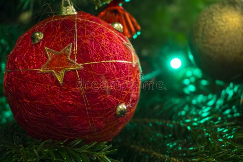 Plan rapproché d'arbre de Noël vert et de décorations rouges de boule de vintage images stock