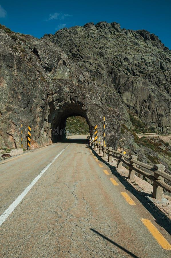 Plan rapproché d'asphalte sur la route avec le tunnel photo stock