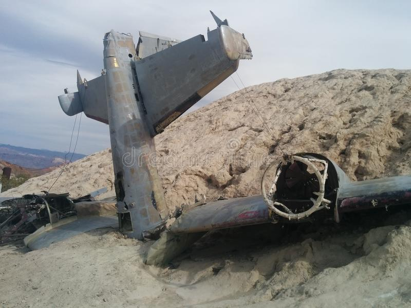 Plan rapproché d'avion écrasé sur la petite colline de désert photo libre de droits