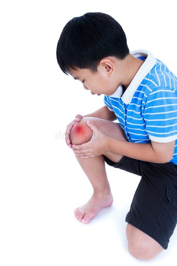 Plan rapproché d'enfant blessé au genou D'isolement sur le fond blanc photographie stock