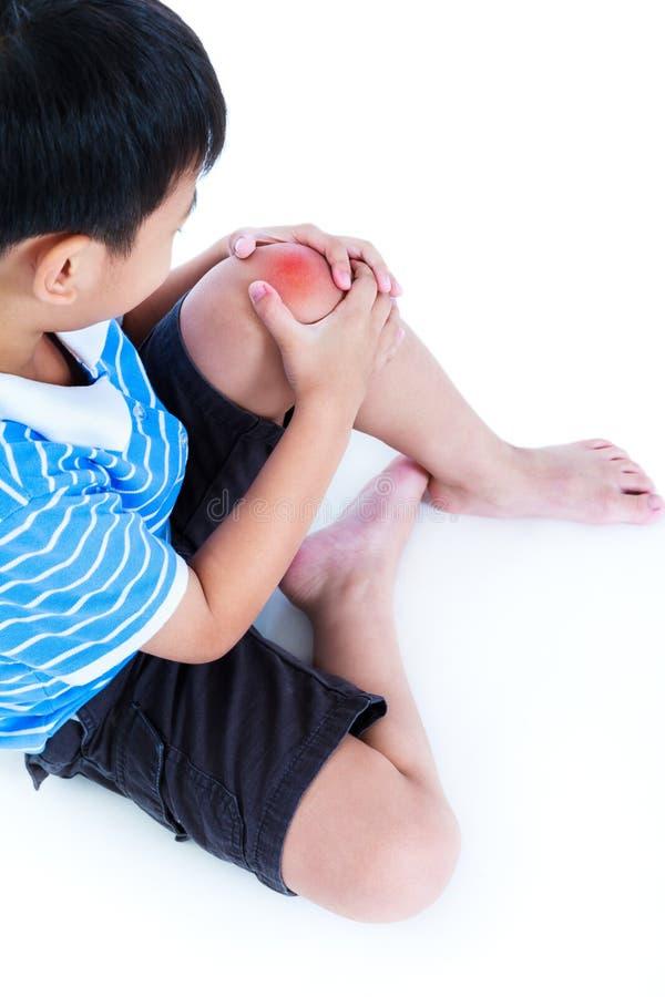 Plan rapproché d'enfant blessé au genou, sur le fond blanc photographie stock