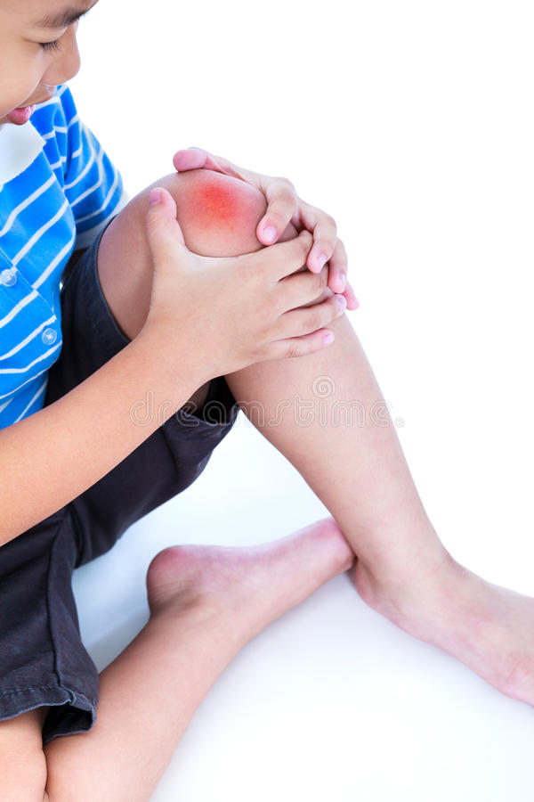 Plan rapproché d'enfant blessé au genou, sur le fond blanc images libres de droits