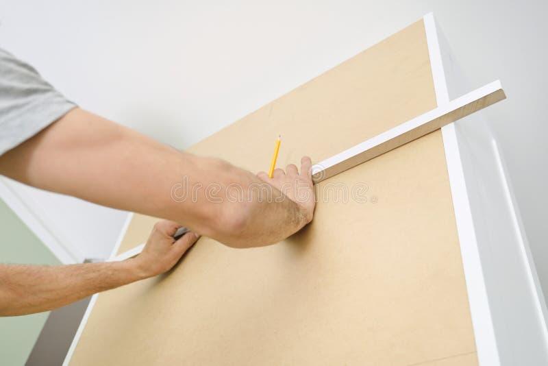 Plan rapproché d'ensemble de meubles avec les outils professionnels photo stock