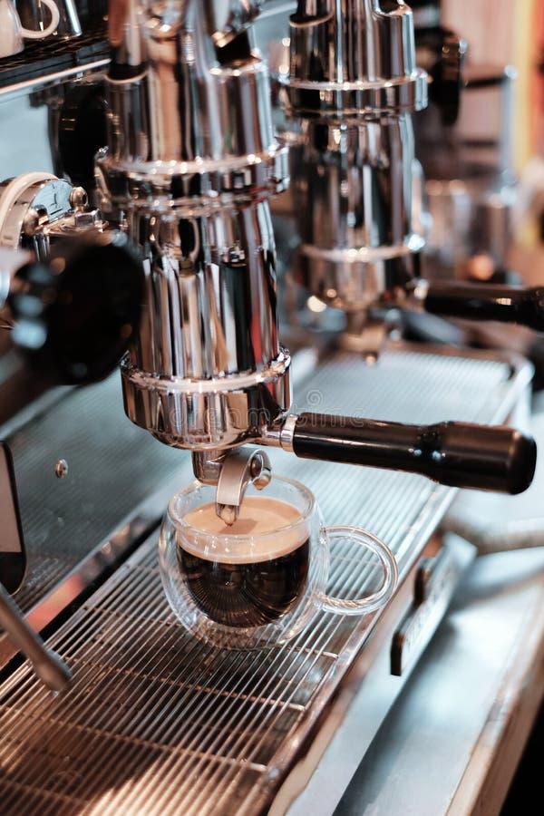 Plan rapproché d'expresso versant de la machine de café C professionnel photos stock