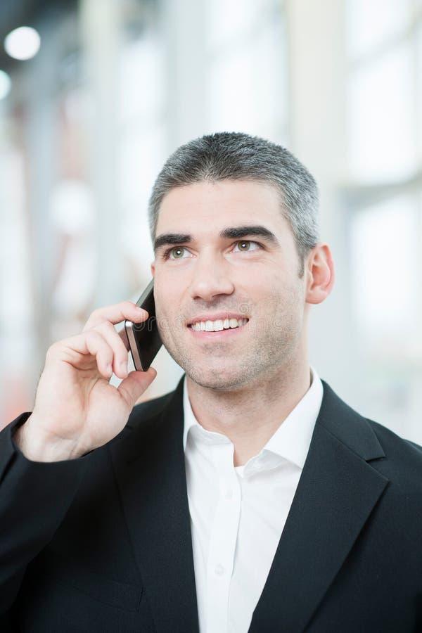 Plan rapproché d'homme d'affaires au téléphone portable photos stock