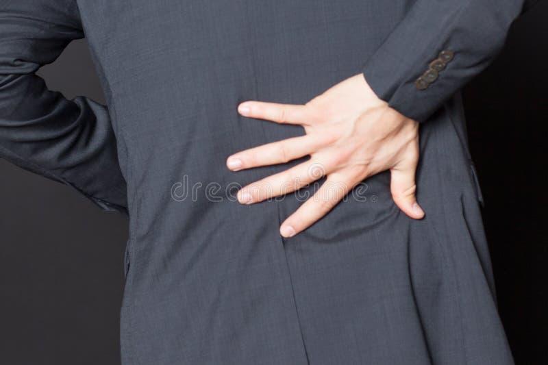 Plan rapproché d'homme d'affaires avec douleurs de dos photos libres de droits