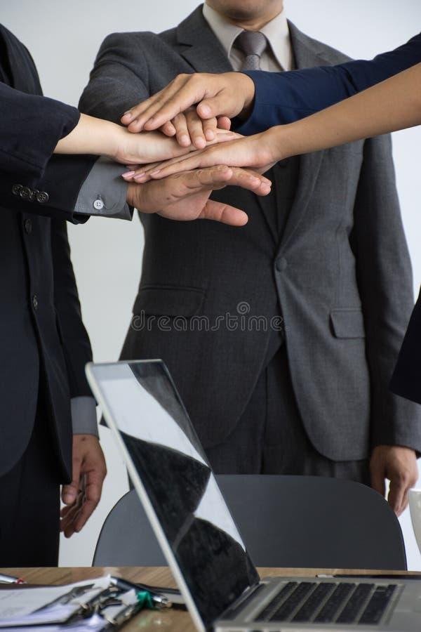 Plan rapproché d'homme d'affaires empilant des mains dans la salle de conférence/isolat photo libre de droits