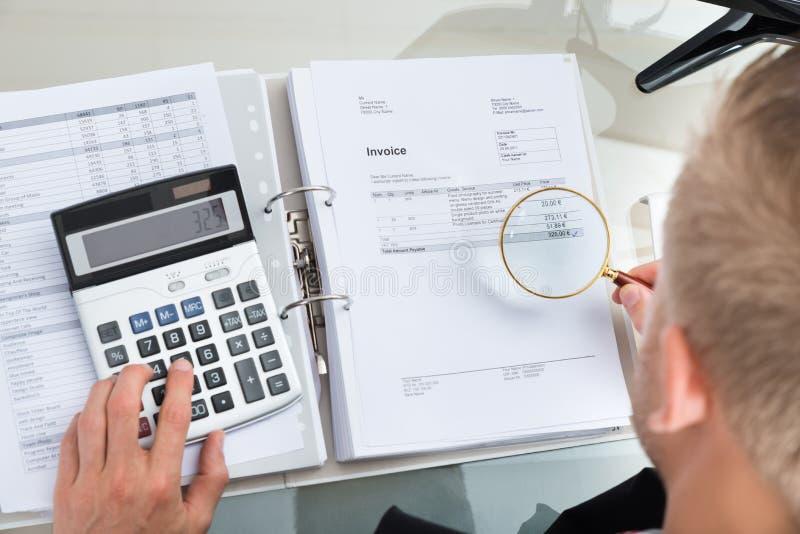 Plan rapproché d'homme d'affaires Inspecting Bills photo stock