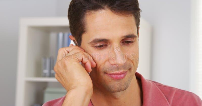 Plan rapproché d'homme d'affaires parlant sur le smartphone photo stock