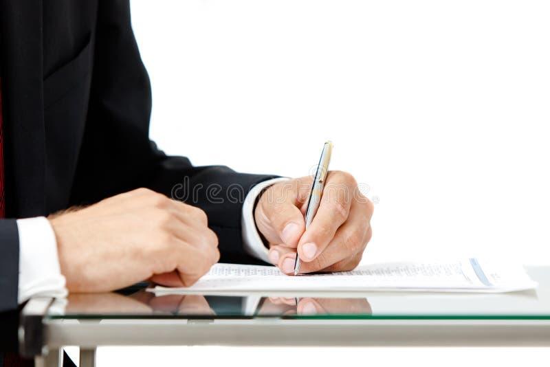 Plan rapproché d'homme d'affaires signant un contrat photo stock