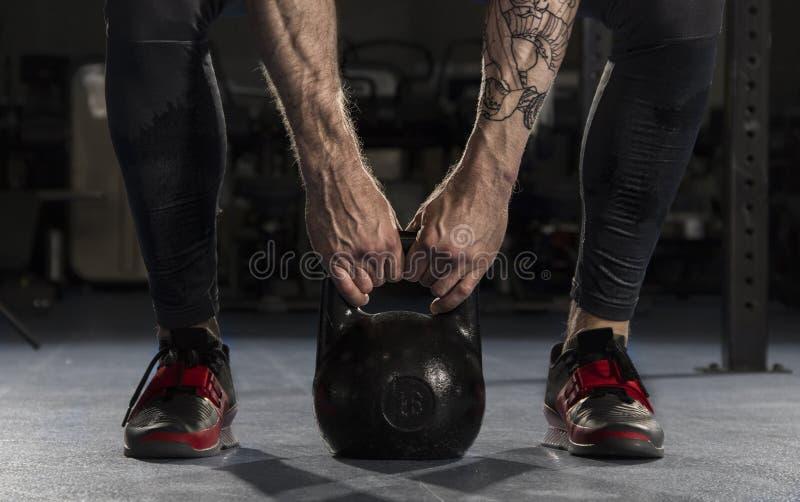 Plan rapproché d'homme de forme physique faisant une formation de poids en soulevant un heav image stock