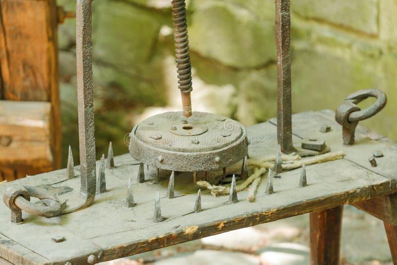 Plan rapproché d'instrument de torture en bois images stock