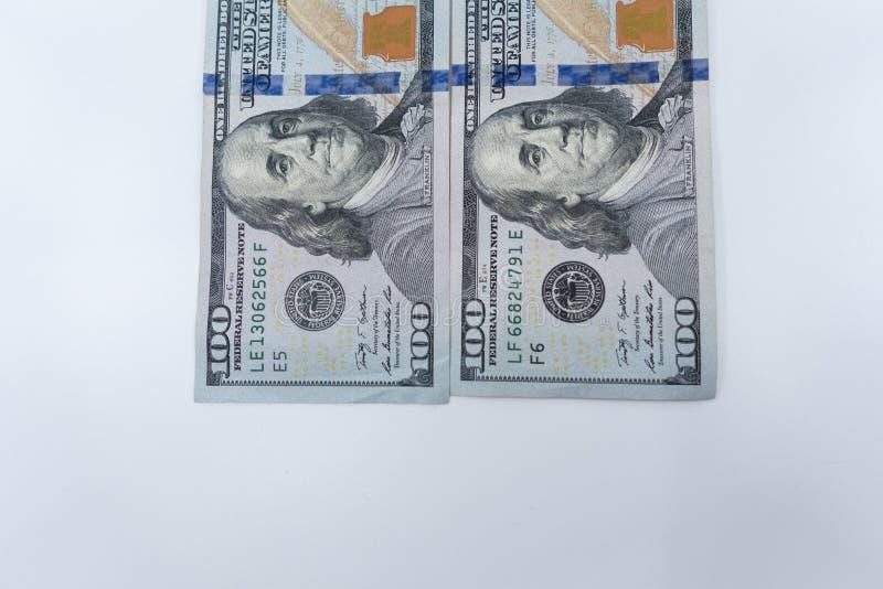 plan rapproché d'isolement $100 par factures sur un fond blanc Richesse et concept de finances photos stock