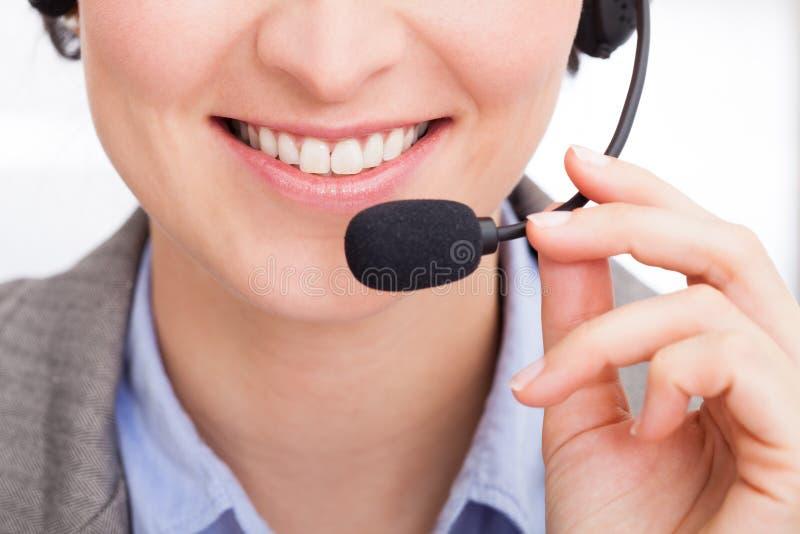 Plan rapproché d'opérateur de téléphone féminin image libre de droits