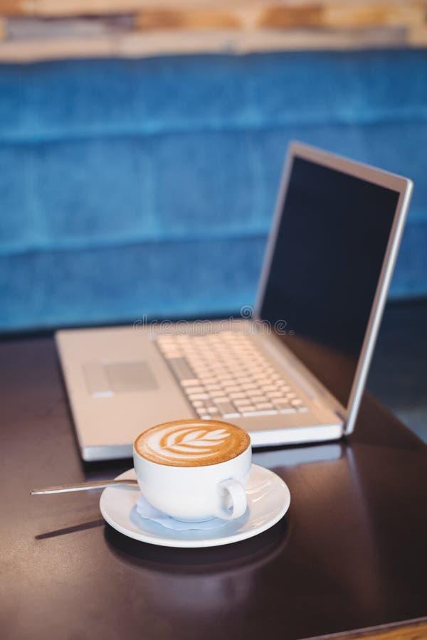 Download Plan Rapproché D'ordinateur Portable Et De Café Sur La Table Photo stock - Image du cuvette, table: 56485144