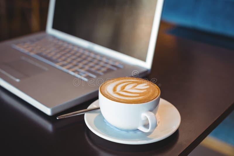 Download Plan Rapproché D'ordinateur Portable Et De Café Sur La Table Photo stock - Image du fixation, taper: 56486272