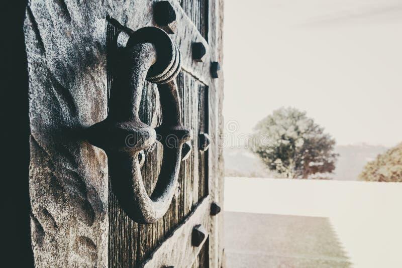 Plan rapproché d'un bouton de forge d'une vieille porte en bois image libre de droits